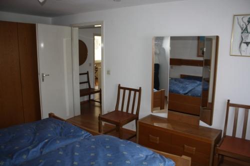 Schlafzimmer 2 mit Spiegel